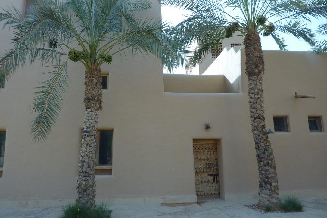 Leem Paleis in de woestijn, buitengevel kalkmortel met leemstuc gemengd